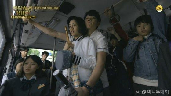 '어남류' 인기를 견인한 전설적 장면, '덕선-정환 버스 신'에 등장한 서울 20-2번 버스는 당시 고등학생이었던 '버스 컨설턴트' 이종원씨(23)가 섭외했다./사진=tvN 드라마 '응답하라 1988' 캡처