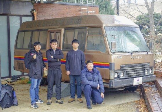 이종원씨(왼쪽)가 한국 버스연구회 회원들과 함께 답사한 '사마란치 콤비버스' /사진 제공=이종원씨