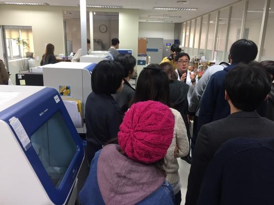 지난 23일 CJ ENM 오펜 2기 작가들이 국과수 DNA 분석실에서 법유전자과 임시근 실장의 설명을 듣고 있다. /사진 제공=CJ ENM