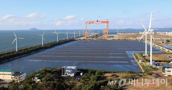 29일 오후 전북 군산시 군산2산업단지 유수지에 국내 최대 규모(유수지 면적 112,584평, 모듈 설치면적 67,548평)의 수상 태양광 발전소가 들어서 있다./사진=뉴스1