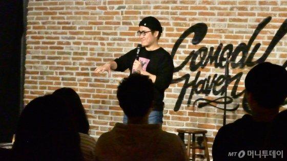 코미디언 박철현(26)씨가 자신이 겪었던 경험을 토대로 대중들에게 스탠드업 코미디를 선보이고 있다. /사진=이상봉 기자