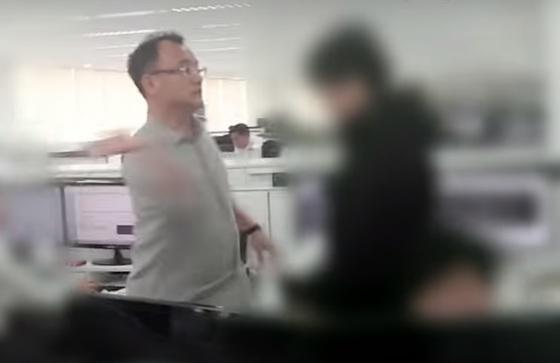 양진호 한국미래기술 회장이 웹하드 업체 '위디스크'의 직원을 폭행하는 영상이 지난달 30일 공개돼 파문이 일고 있다. 사진은 해당 영상의 캡처 화면. /사진제공=뉴스타파
