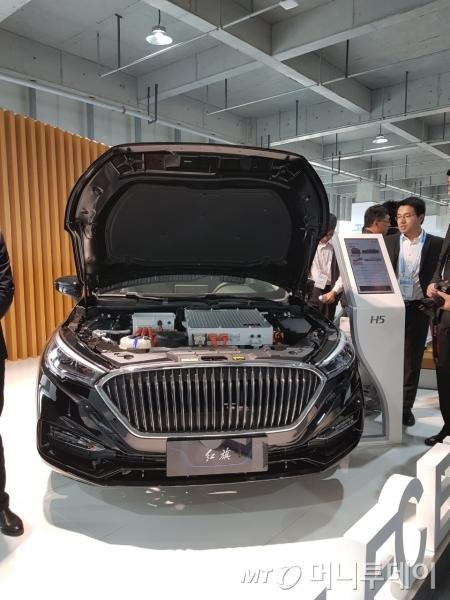 중국 중소업체 '홍기'가 지난달 23~25일 중국 루가오에서 열린 'FCVC 2018'에서 내놓은 수소전기차 프로토타입 모델./사진=황시영 기자