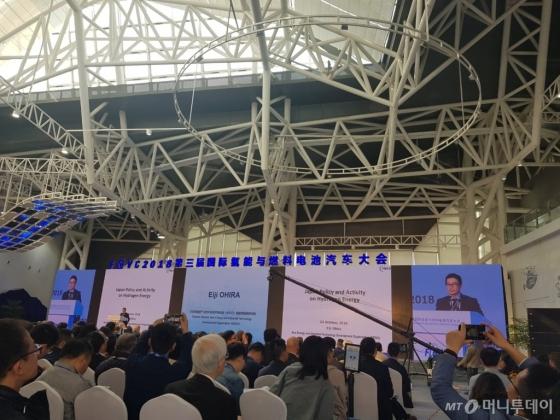 에이지 오히라 NEDO(일본 경제산업성 산하 신에너지산업기술개발 종합기구) 수석연구원이 지난달 24일 중국 루가오에서 열린 'FCVC 2018'에서 발표하고 있다./사진=황시영 기자