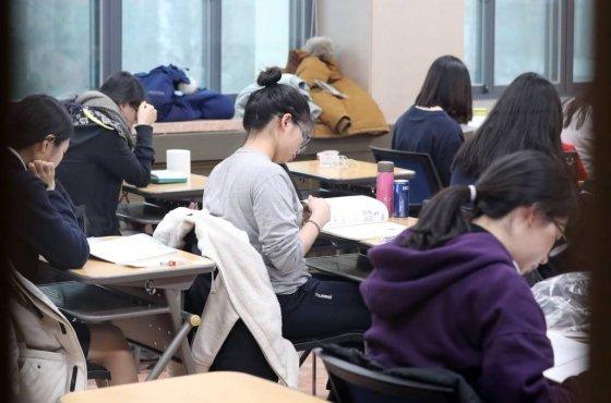 2018학년도 대학수학능력시험이 실시된 서울 중구 이화여자외국어고등학교에서 수험생들이 막바지 공부를 하고 있는 모습이다./사진=머니투데이DB