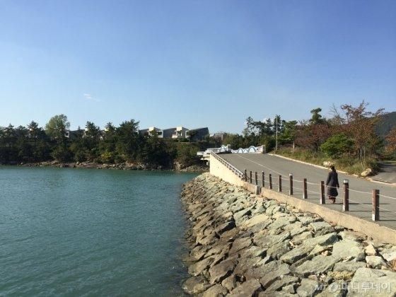 '아난티 남해' 주변 도로를 산책하면서 만나는 바다는 걷는 이의 마음까지 상쾌하게 한다. 리조트에서 출발해 1시간 정도 걸으면 충분한 산책을 즐길 수 있다. /남해=김고금평 기자<br />