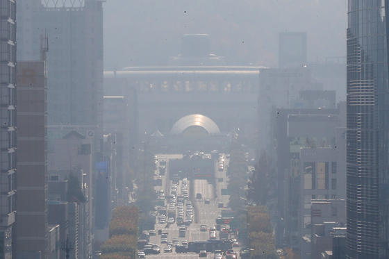 전국 곳곳에 미세먼지 농도가 '나쁨' 수준을 보인 지난 5일 서울 서초구 일대가 뿌옇게 보이고 있다./사진=뉴스1