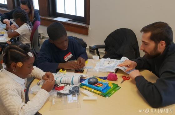 미시건주 디트로이트시 더피(Durfee)공립초등학교에서 현대모비스의 주니어 공학교실 수업이 진행되고 있다. /사진제공=현대모비스