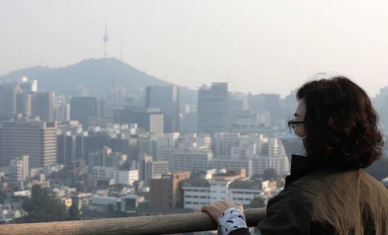 올 가을들어 처음으로 서울, 인천, 경기 남부 등에서 미세먼지가 발생한 15일 오후 한 시민이 뿌옇게 변한 서울 도심을 바라보고 있다./사진=홍봉진 기자