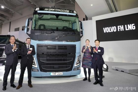 볼보트럭이 오늘(8일)부터 나흘간 인천 송도 컨벤시아에서 열리는 '코리아 트럭쇼 2018'에 참가해 아시아 지역 최초로 친환경 'LNG(액화천연가스)트럭'을 공개했다. (왼쪽부터) 정광수 볼보트럭코리아 전무, 피터 하딘 볼보트럭 인터내셔날 상품기획 총괄이사, 엘레노어 칸텔 주한스웨덴대사관 부대사, 김영재 볼보트럭코리아 대표가 '볼보 FH LNG 트럭' 앞에서 기념사진을 찍고 있다./사진제공=볼보트럭코리아