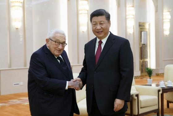 8일 중국 베이징 인민대회당에서 시진핑 중국 국가주석이 헨리 키신저 전 미국 국무장관을 만났다. /AFPBBNews=뉴스1