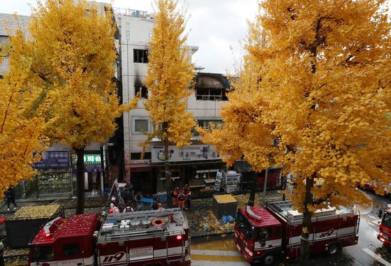 9일 오전 서울 종로구 관수동 고시원 화재현장에서 소방 관계자들이 화재수습을 하고 있다. 이날 화재는 3층에서 발화해 2시간 여만에 진화됐으나, 6명의 사망자가 발생했다./사진=뉴스1