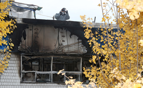 9일 오전 서울 종로구 관수동 고시원 화재현장에서 소방 관계자가 현장감식을 하고 있다. 이날 화재는 3층에서 발화해 2시간 여만에 진화됐으나, 7명의 사망자가 발생했다. /사진=뉴스1