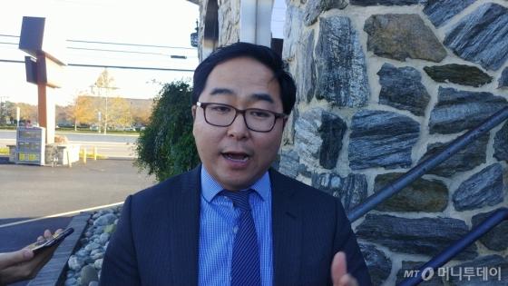 한국계로는 처음으로 민주당 간판으로 미 연방하원에 진출하는 앤디 김이 8일(현지시간) 뉴저지주 벌링턴에서 향후 의정 활동에 대한 포부를 밝히고 있다. /사진=송정렬.