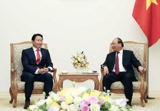 최태원 SK 회장(왼쪽)이 지난 8일 베트남 하노이시 총리 공관에서 응웬 쑤언 푹(Nguyen Xuan Phuc) 베트남 총리와 국영기업 민영화 참여 등 폭넓은 주제와 관련한 면담을 하고 있다./사진제공=SK