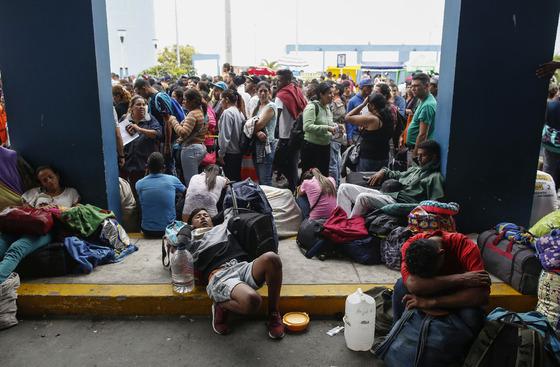 31일(현지시간) 여권없이 페루로 입국 가능한 시한을 맞아 국경도시인 툼베스에서 베네수엘라 난민들이 줄을 서 있다. /AFP=뉴스1