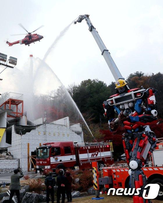 [사진]화재 진압 시범 펼치는 소방관들