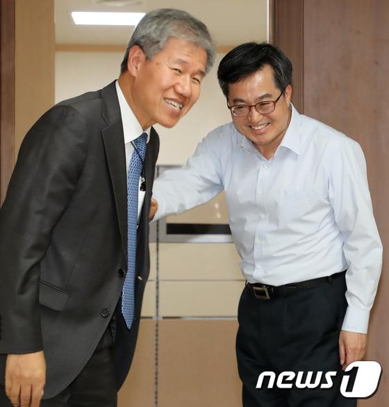 [사진]김동연 '문재인 정부 2기를 부탁합니다'