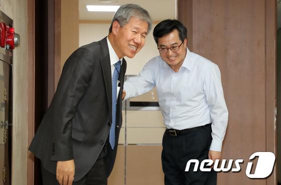 [사진]김동연 부총리 집무실 찾은 김수현 사회수석