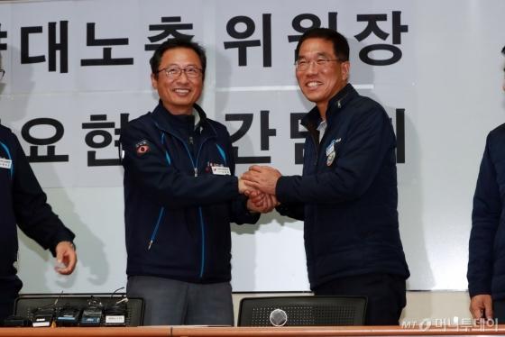 [사진]손 맞잡은 양대노총 위원장