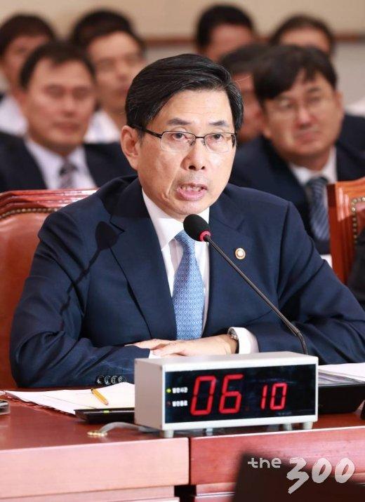 박상기 법무부 장관이 19일 서울 여의도 국회에서 열린 법제사법위원회 전체회의에 출석해 의원들의 질의에 답하고 있다. /사진=이동훈 기자