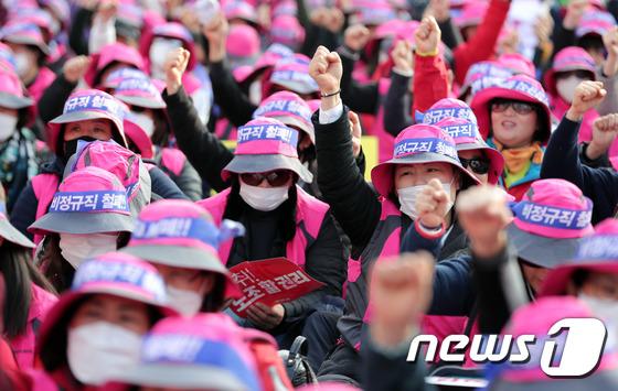 [사진]전국노동자대회 '주먹 불끈 쥔 채'