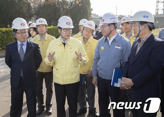 [사진]조명래 환경부 장관 '신재생 에너지 보급 당부'