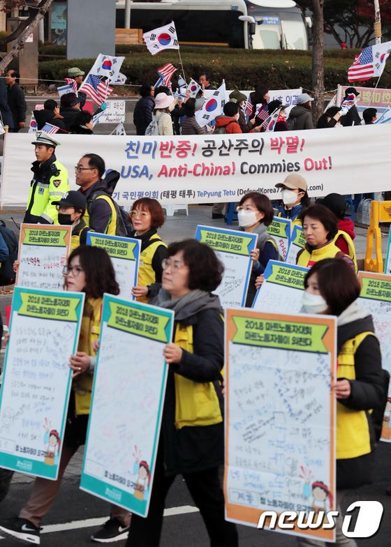 [사진]주말 광화문 광장 '몸살'