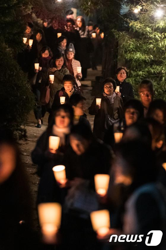 [사진]수능 D-5, 촛불 든 학부모들