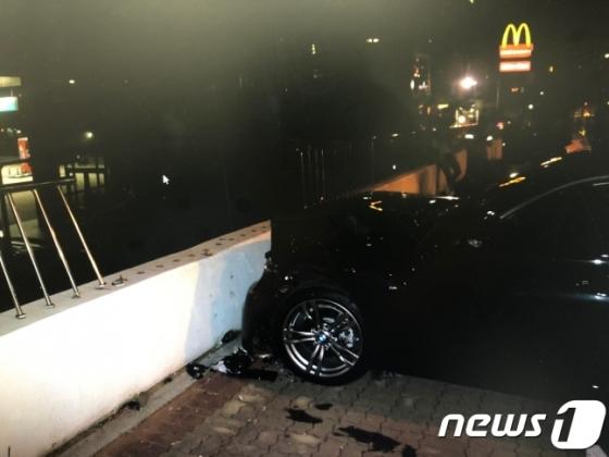 25일 오전 2시 25분꼐 부산 해운대구 중동 미포오거리에서 술에 취한 운전자가 BMW승용차로 횡단보도를 건너기 위해 길에 서 있던 보행자 A씨(22)등 2명을 치고 주유소 담벼락을 들이받았는 사고가 발생했다. (부산경찰청 제공) 2018.9.25/뉴스1 © News1 박세진 기자