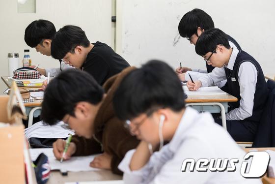 대학수학능력시험을 앞두고자율학습을 하고 있는 고3 수험생들. (뉴스1DB) © News1