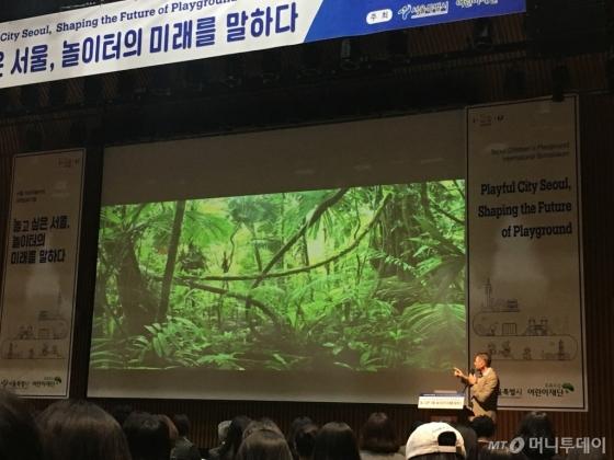 마커스 베르만 호주 플레이그라운드 대표이사가 지난 9일 서울 어린이놀이터 국제심포지엄에서 발표를 하고 있다. 사진제공=서울시
