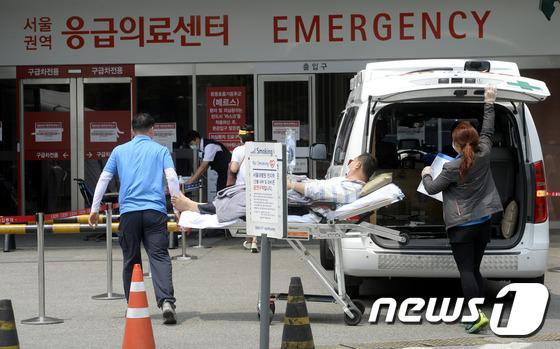서울 종로구 서울대병원 응급실에 한 환자가 이송되고 있다. /뉴스1 DB © News1 안은나 기자
