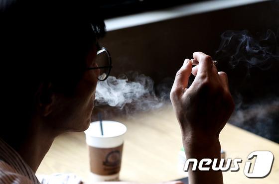 28일 한 시민이 서울 은평구에 위치한 흡연카페에서 담배를 피고 있다. 2018.6.28/뉴스1 © News1 성동훈 기자