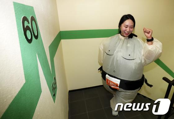 [사진]스모 선수 복장의 여성 참가자