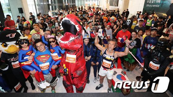 [사진]이색 복장의 63계단 오르기 참가자들