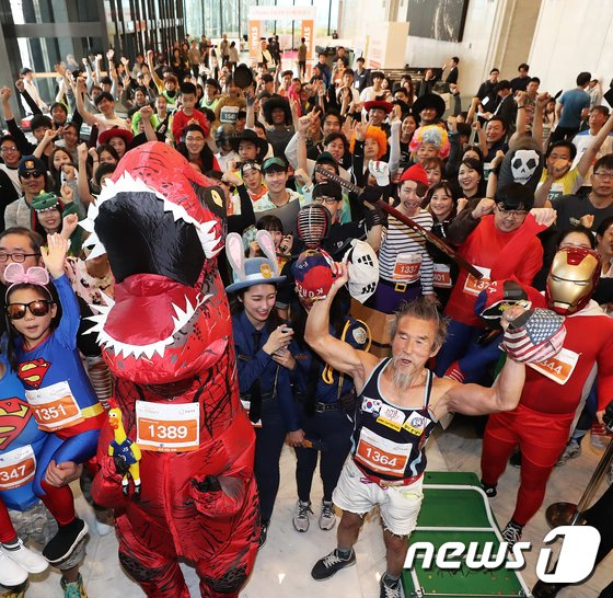 [사진]각양 각색의 63계단 오르기대회 참가자들
