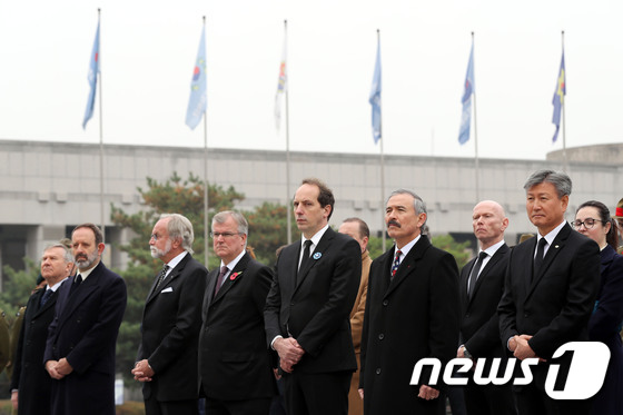 [사진]1차 세계대전 종전 100주년 '한자리에 모인 주한 대사들'