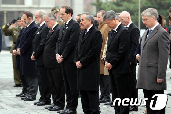 [사진]1차 세계대전 종전 100주년 '묵념하는 각국 주한 대사들'