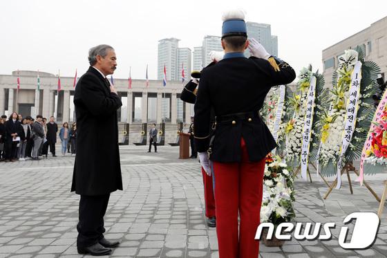 [사진]1차 대전 종전 100주년 기념식 헌화하는 주한 美대사