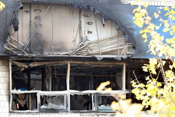9일 오전 서울 종로구 관수동 한 고시원에서 화재가 발생해 경찰과 소방 관계자들이 화재감식을 하고 있다. /사진=뉴스1