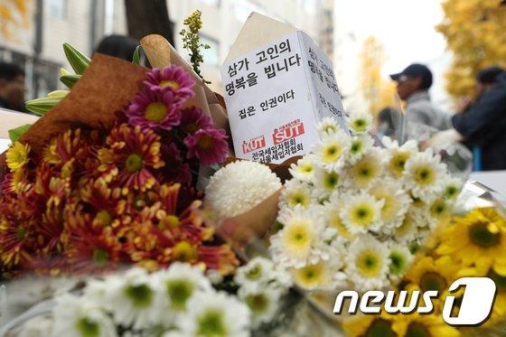 11일 오전 화재가 발생한 서울 종로구 관수동 국일고시원 앞에 희생자들을 추모하는 꽃이 놓여 있다. 이 고시원에서는 지난 9일 오전 3층에서 불이 나 7명이 숨지고 11명이 다쳤다. 2018.11.11/뉴스1 © News1 신웅수 기자