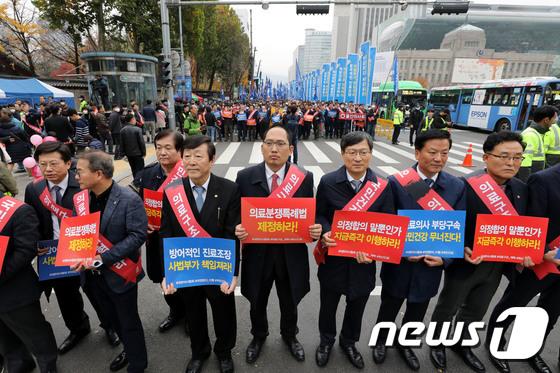 [사진]피켓 들고 거리로 나온 의사들