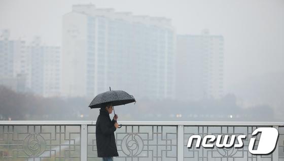 초미세먼지 농도가 나쁨 단계를 기록한 지난 7일 오전 전북 전주시에서 한 시민이 우산을 쓰고 출근길을 걷고 있다. /사진제공= 뉴스1