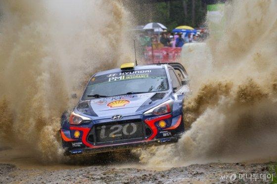 현대자동차 'i20 랠리카'가 지난 15~18일까지 호주 코프스 하버에서 열린 '2018 WRC' 시즌 마지막 대회 호주랠리(13차전)에서 경기를 펼치고 있다./사진제공=현대차