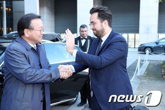 [사진]프랑스  디지털부 국무장관과 인사하는 김부겸 장관