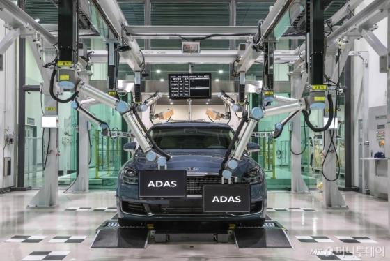 현대∙기아자동차 생산기술개발센터에서 세계 최초로 개발한 전장집중검사 시스템을 실제 차량에 적용하는 모습/사진제공=현대·기아차