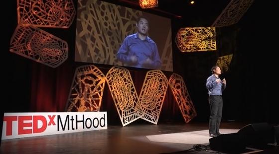 100일 동안 100번 거절당하기 실험을 한 중국인 블로거 지아 장이 테드(TED) 강연을 하는 모습. 두려움을 극복하기 위해, 두려움 속에 들어간 그의 모습이 영감을 줬다./사진=지아 장 유튜브 화면 캡쳐