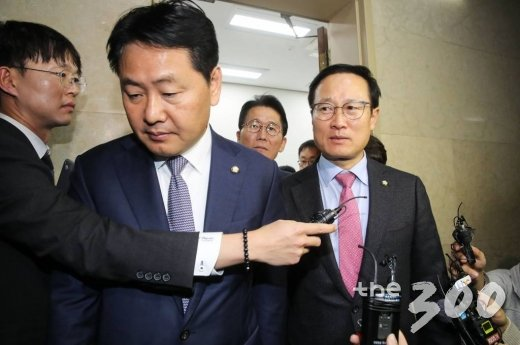 자유한국당을 제외한 여·야 원내대표들이 21일 오전 서울 여의도 국회에서 열린 국회의장 주재 회동을 마친뒤 의장실을 나오고 있다.