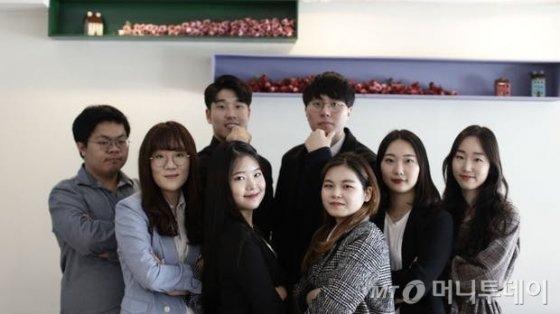 일제에 의해 강제개명된 한국의 꽃 이름을 되찾는 프로젝트를 진행 중인 대학생 동아리 '아리아리' 팀원들. 오른쪽부터 시계방향으로 김미선(25), 서혜린(21), 안혜진(21), 홍지현(21), 이예슬(23), 공규현(21), 방준호(22), 임동현씨(23)/사진제공=아리아리